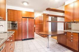 Keittiössä on kivi-ja puutasot sekä osittain integroidut kodinkoneet