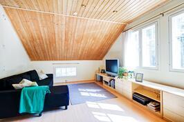 Yläkerran toinen pääty nyt avonaista isoa tilaa, joka mahdollista jakaa kahdeksi huoneeksi