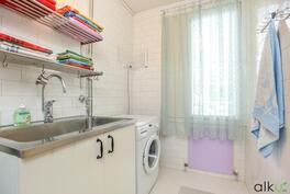 Kylpyhuoneessa on hienosti tilaa pyykinhuollolle