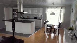 Keittiö sekä ruokailutila. Samaa tilaa olohuoneen kanssa.