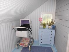 Lastenkamarin yhteydessä pikku huone, vaaleansininen lattiakin