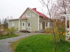 Ihanan perinteinen 50-luvun talo maalaismaisemassa