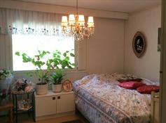 Yläkerrassa kolme makuuhuonetta