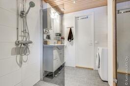 kylpyhuoneessa hyvä tila pesukoneelle
