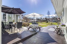 Aurinkoinen ja suojaisa terassi talojen kulmauksessa
