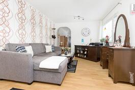Uudemmassa talossa iso makuuhuone joka voidaan jakaa vaikka kahtia