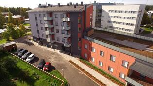 A-talo ja kattoterassi sisäpihan puolelta