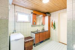 Kylpyhuoneessa mukavasti tilaa