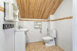 Yläkerran wc, jossa suihkuvaraus