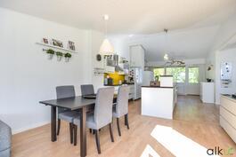 Yhtenäinen keittiö-olohuonetila korotettuine kattoineen on tilava ja ilmava.
