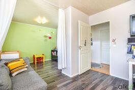 Lasten makuuhuoneet voidaan yhdistää yhdeksi suureksi huoneeksi.
