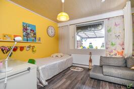Tässä toisen makuuhuoneen pirteää värimaailmaa.