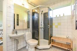 Kylpyhuoneen yhteydessä on kodin toinen wc.