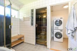 Kylpyhuoneesta on käynti kodinhoitotilaan.