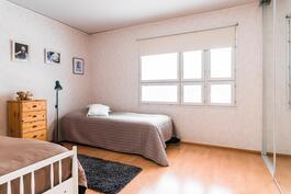 Alakerran makuuhuone 3
