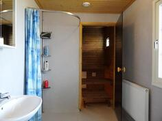 Pesuh./wc, taustalla sauna