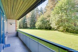 Huoneiston levyinen parveke puistomaisin näkymin.