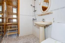 Vaaleasävyinen kylpyhuone.