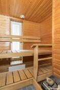 Oma, ikkunallinen sauna tarjoaa makoisat löylyt.