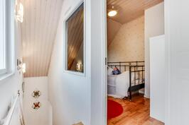 Yläkerrassa rappujen yläpäästä käynti pienempään makuuhuoneeseen