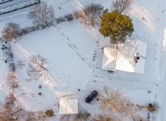 kuva talosta ja tontista yläperspektiivistä