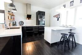 Tyylikäs, moderni keittiö.