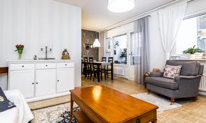 Keittiön ja olohuoneen yhteinen tila on erittäin valoisa ja viihtyisä.