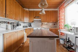 Toimiva ja käytännöllinen keittiö. Saareke. Helppo päivittää.