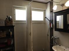 valoisa, laatoitettu kylpyhuone/wc