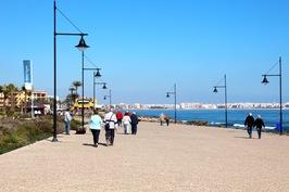 Kävelytie - asunnot jäävät kuvasta vasemmalle. Taustalla näkyy Torreviejan keskusta, jonne pääsee kävellen/pyörällä rantaa pitkin tai autolla noin 10 minuutissa