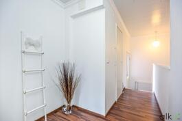 Yläkerran aulassa on tilaa pienille yksityiskohdille.