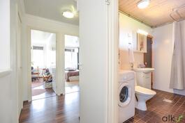 Myös kodin kylpyhuone sijaitsee yläkerrassa.