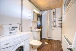 Kylpyhuoneessa on tilaa myös pyykinhuollolle.