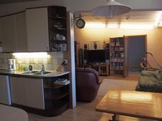 keittiöstä olohuoneen suuntaan