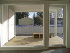 Olohuoneen iso ikkuna ja terassi