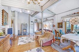 Olohuoneessa myös kaunis varaava takka - Lagrande eldstaden hör till vardagsrummet