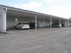Autokatospaikka sisältyy hintaan, sähkön saa napsaistua päälle kätevästi omasta tuulikaapista!