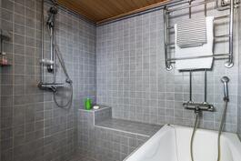 Kylpyhuoneessa amme ja hyvät suihkutilat.