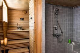Tilava kylpyhuone ja sauna.