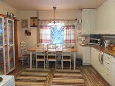 Keittiössä on hyvin tilaa isolle ruokapöydälle. Keittiön lattialaminaatit on juuri vaihdettu