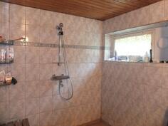 Pesutilat ja sauna ovat kellarikerroksessa