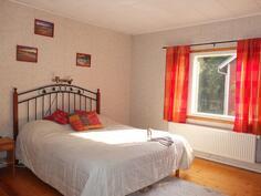 Alakerran makuuhuone on valoisa ja tilava