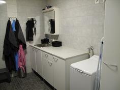 Kylpyhuoneen kaapistoja