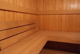 Alakerroksen saunasta.