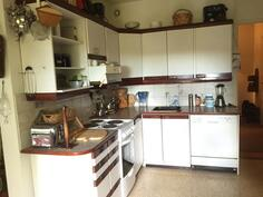 Iso keittiö josta käynti eteiseen ja olohuoneeseen