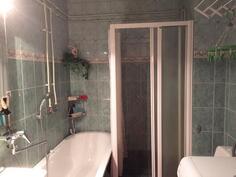 Kaakeloitu kylpyhuone