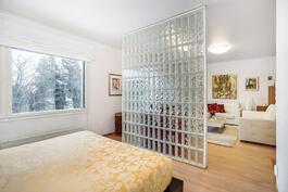 Olohuoneen ja makuutilan jakaa lasitiiliseinä