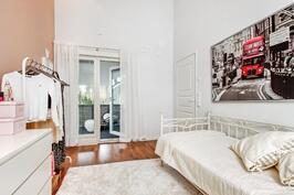 Toisesta yläkerran makuuhuoneesta käynti viehättävälle katetulle parvekkeelle.
