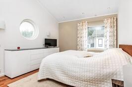 Yläkerran makuuhuoneessa persoonallinen pyöreä ikkuna.