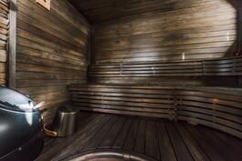 Tunnelmallisessa saunassa Hetivalmis kiuas.